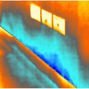 Vista termografica altezza battiscopa abitazione piano terra con ultimi segni di umidità di risalita