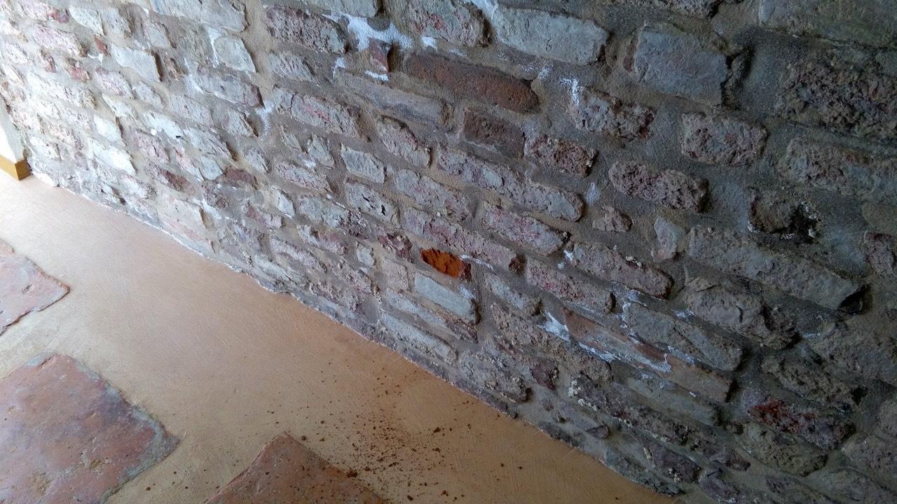 Muro con parte di mattone pieno prelevata per misurazione umidità