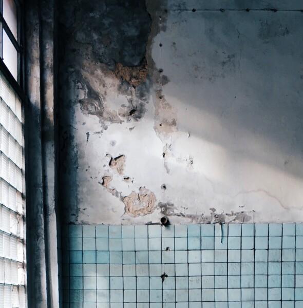Vecchia casa con probmeli di umidità